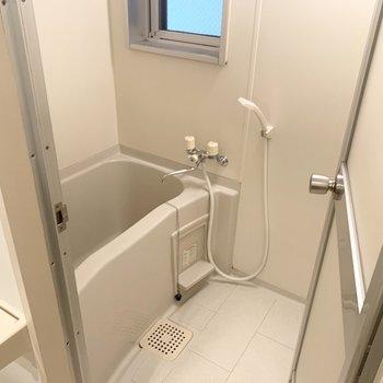 お風呂は小窓付きなので換気もしっかりできます