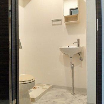 脱衣所に水回り集合!鏡付きの洗面所も。