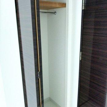 扉の横のクローゼットは小さめ。