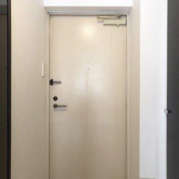 ドアは結構シンプル!(※写真は2階の同間取り別部屋のものです)