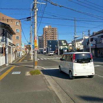 大通りは大橋駅まで続いています。バスも多く運行中◎