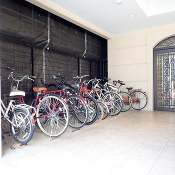 駐輪場は建物の前です。