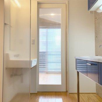 玄関サイドから。キッチンと洗面台は同じ空間に。正面ドアの先は居室です。