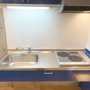 2口IHのキッチン。下がオープンスペースなので自分流にカスタマイズ。