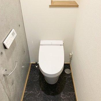 トイレもタンクレスでかっこいい。位置はお風呂のお隣。