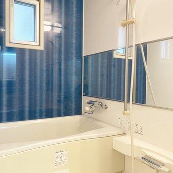 お風呂はブルーでキッチンと統一感を。
