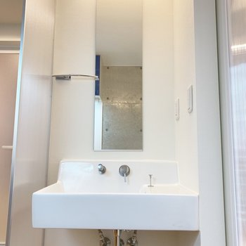 洗面台もシンプルでスタイリッシュ。