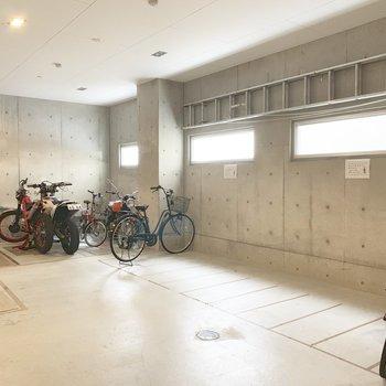 自転車置場は1階に。室内は嬉しい。