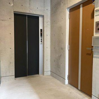 エレベーターすぐのお部屋です。