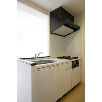 2口ガスコンロのカウンターキッチン(※写真は4階の反転間取り別部屋のものです)