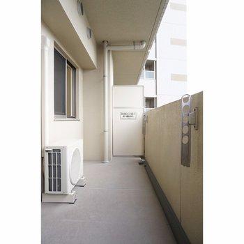 バルコニーは広々(※写真は4階の反転間取り別部屋のものです)