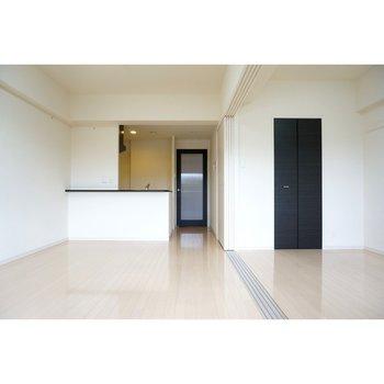 スライド式のドアを開放した1R状態(※写真は4階の反転間取り別部屋のものです)