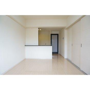 スライド式のドアを閉めたLDK(※写真は4階の反転間取り別部屋のものです)