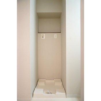 洗濯機置き場はこんな感じ(※写真は4階の反転間取り別部屋のものです)