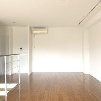ここはリビングかな。ウッド素材の家具で統一したい!
