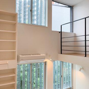 階段を登っている途中、振り返ると。天井の高さを改めて感じます。