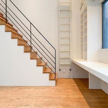 【下階】左を向くと。上階へ続く階段があります。