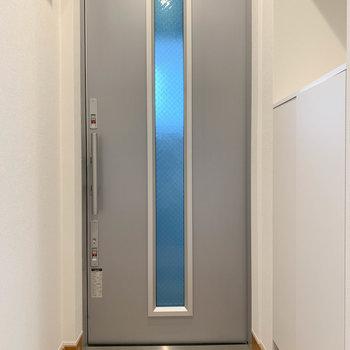 キッチンの後ろに進むと玄関があります。