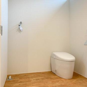 洗濯機置き場とトイレが同室です。