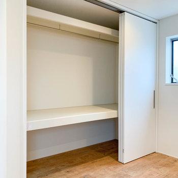 【上階】お部屋には、扉3枚分の大きなクローゼットがあります。