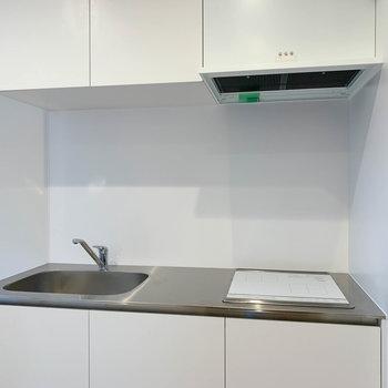 【下階】キッチンは二口IH。作業スペースもしっかりとあります。