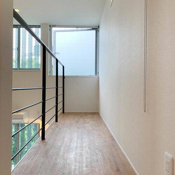 【上階】右奥は廊下のようなスペース。奥の窓も換気できます。
