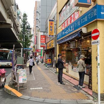 飲食店もたくさん、道路沿いをつらつら歩くと駅に着きます。