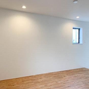 【上階】階段前の壁沿いにも換気用の小窓があります。