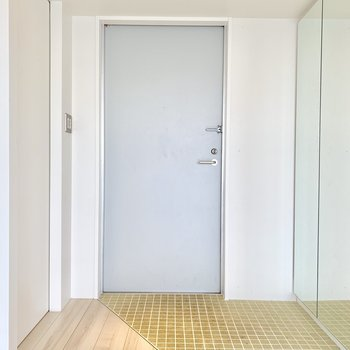 シューズボックスの扉は鏡です