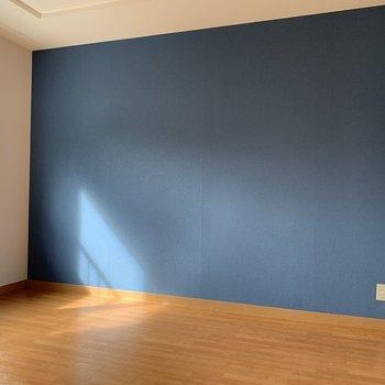 リビング横の洋室にも爽やかなブルーの壁紙