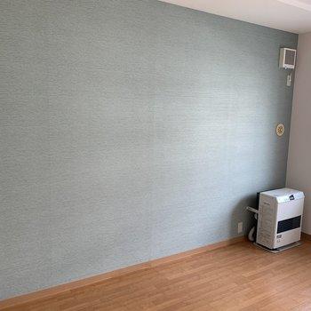 もう一つの玄関側の洋室 こちらも爽やかな水色の壁紙