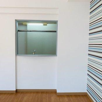 キッチンからリビングは小窓で繋がっています