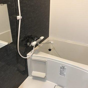 お風呂場は黒いタイルがおしゃれ