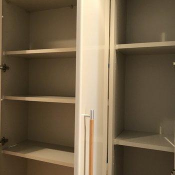 キッチン前にある収納※写真は5階の反転同間取り別部屋のものです
