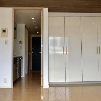 真っ白な収納が清潔感◎※写真は5階の反転同間取り別部屋のものです