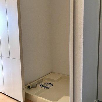 洗濯機置き場は引き戸で隠せます※写真は5階の反転同間取り別部屋のものです
