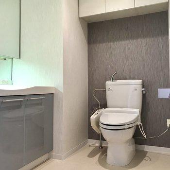 トイレもこちらに※写真は5階の反転同間取り別部屋のものです