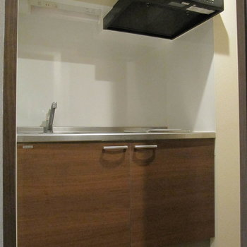 立派なキッチンですね◎上部にも収納が。 (※写真は清掃前のものです)