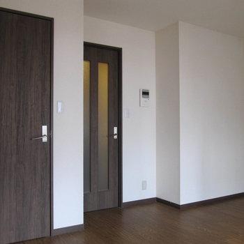 ドアはチョコブラウン。 (※写真は清掃前のものです)