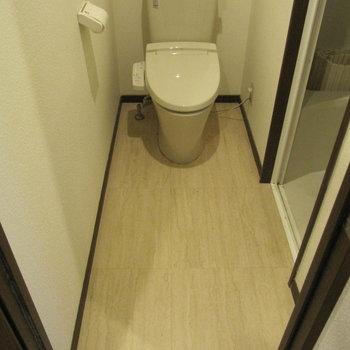 奥になが〜いトイレ。 (※写真は清掃前のものです)