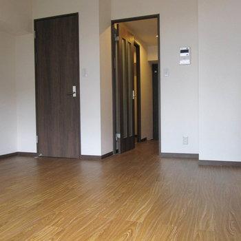 キャメル色?キャラメル色?の床がいい雰囲気。 (※写真は清掃前のものです)