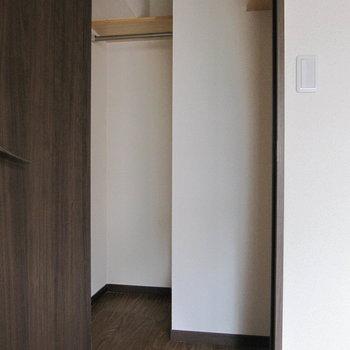 クローゼットの形も変わってる〜手前のスペースにも色々収納できそう。 (※写真は清掃前のものです)