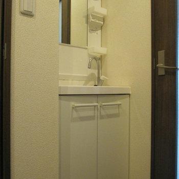 コンパクトながら独立洗面台があるのは嬉しいね。 (※写真は清掃前のものです)