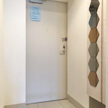 お出かけ前のファッションチェックは、シューズボックスの姿見で出来ちゃいます※写真は4階の同間取り別部屋のものです