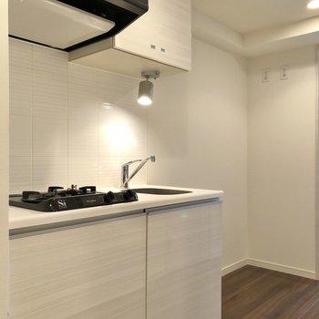 キッチンの横には冷蔵庫やラックを置くスペースが確保されています※写真は4階の同間取り別部屋のものです
