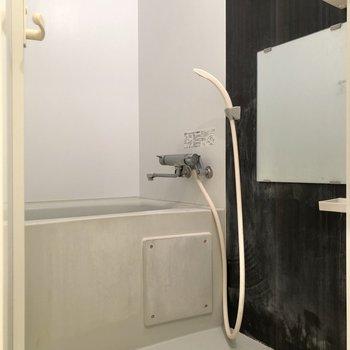 黒いパネルに落ち着けるお風呂です※写真は4階の同間取り別部屋、清掃前のものです