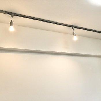 上を見るとスポットライト!オシャレな空間を演出してくれます※写真は4階の同間取り別部屋のものです