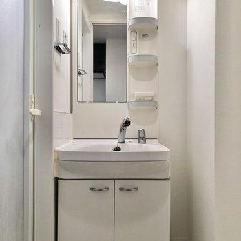 洗面台の横には細いワゴンを置けそうです※写真は4階の同間取り別部屋のものです