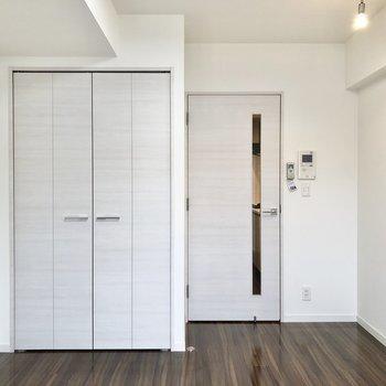 ドアや収納のトビラには薄い色が使われています※写真は4階の同間取り別部屋のものです