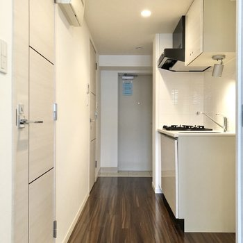 廊下に出てキッチンへ※写真は4階の同間取り別部屋のものです